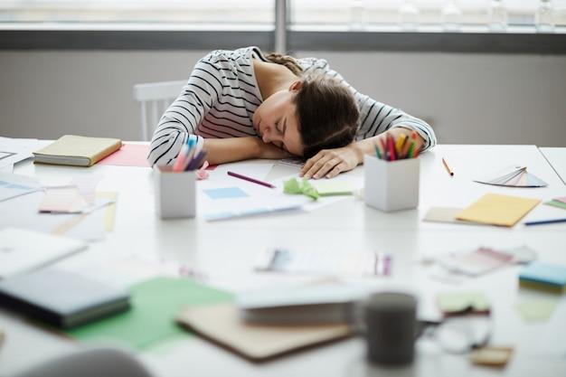 Student śpi na biurku