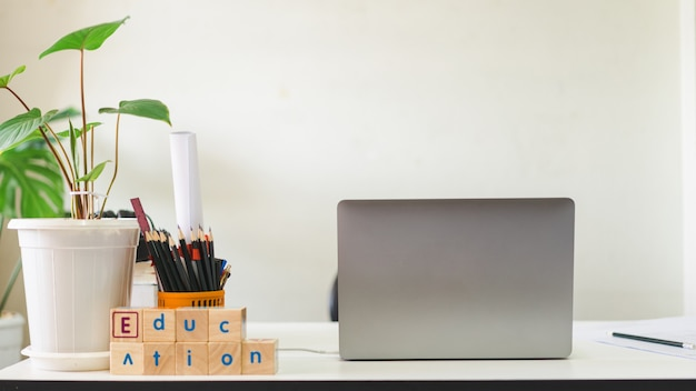 Student studiujący stół i miejsce pracy z laptopem i notebookiem w domu podczas pandemii covid19