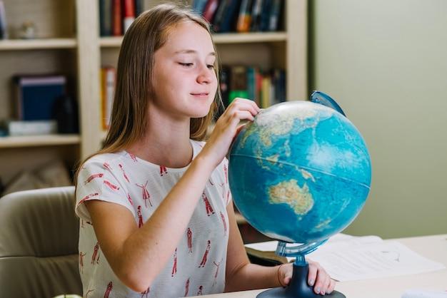 Student uczenia się geografii z globu
