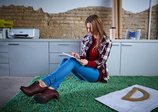 Student uniwersytetu kobiety pracy domowej tabletki siedzi