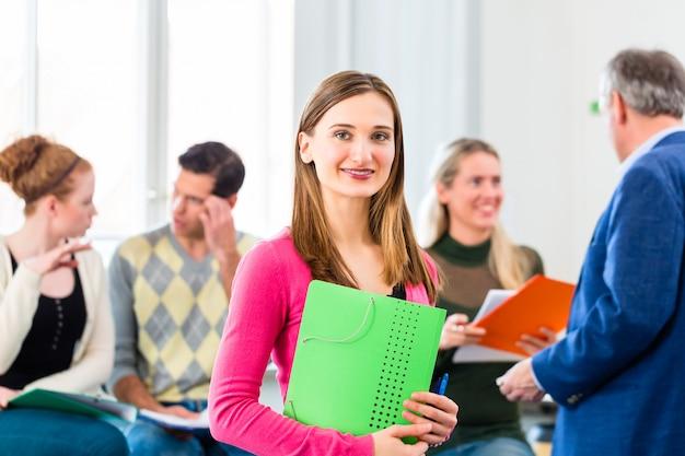 Student uniwersytetu w klasie z profesorem