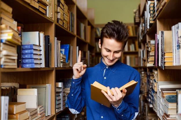 Student uniwersytetu znalazł interesujący pomysł w książce podczas czytania