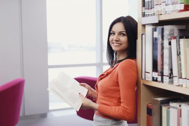 Student w bibliotece