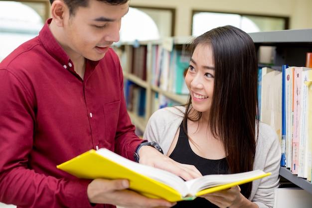 Student w jest trzymanie książek do czytania