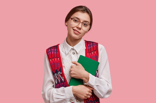 Student w książki gospodarstwa vintage ubrania