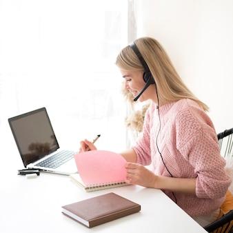 Student w różowej bluzce e-learningowej koncepcji
