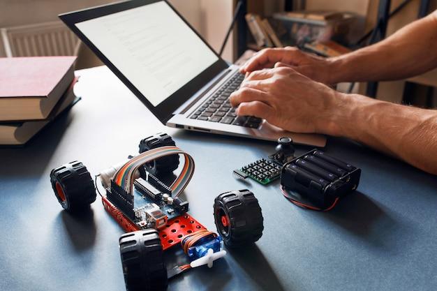 Student wykonujący zadania programistyczne na uczelni.