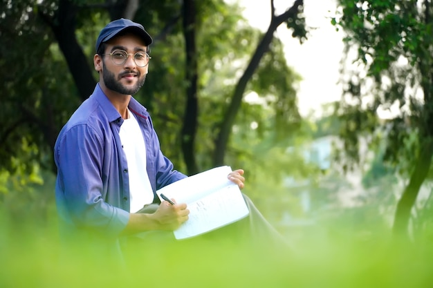Student z wizerunkiem książki