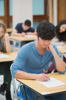 Student zdający egzamin