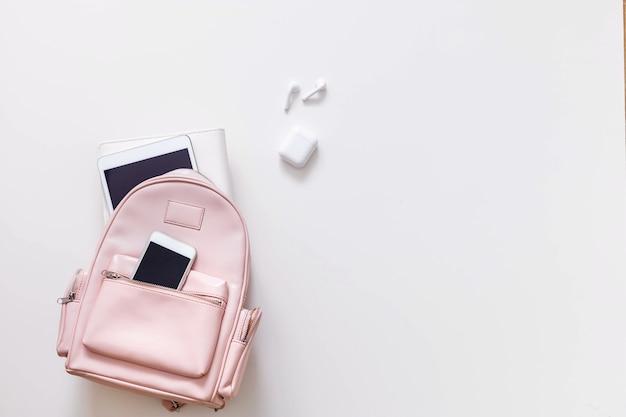 Student żeński plecak pełen przyborów szkolnych na białym tle z miejsca na kopię. koncepcja powrotu do szkoły