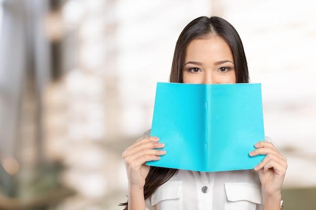 Studentka chowa się za książką