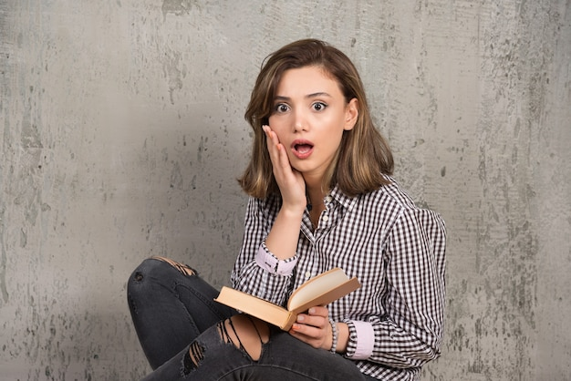 Studentka coraz bardziej zszokowana historią.