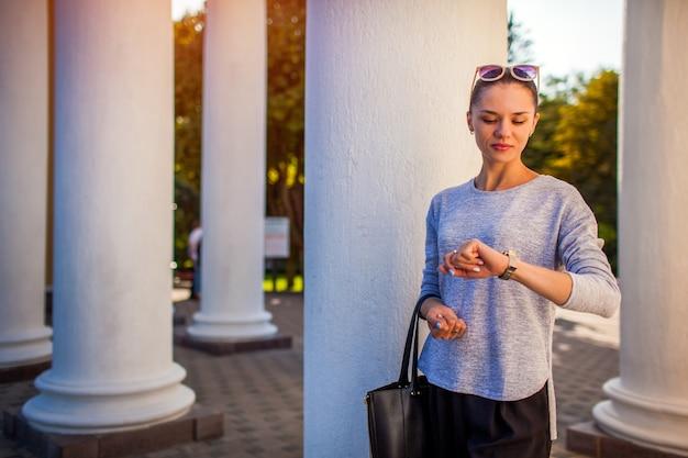 Studentka czekająca na przyjaciół w parku