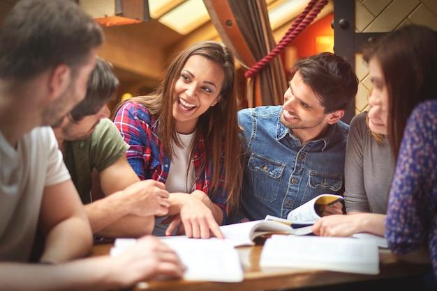 Studentka dzieląca się wiedzą z kolegami