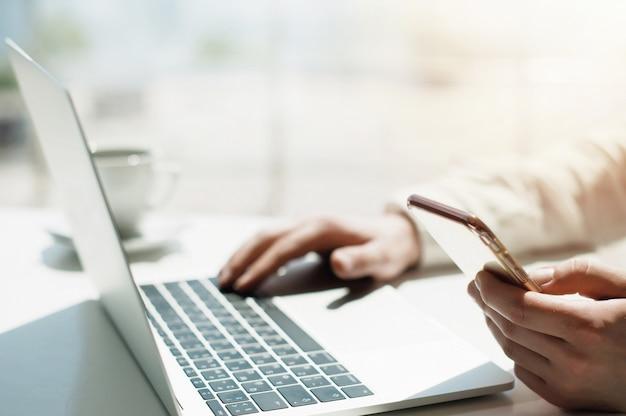 Studentka edukacji w zakresie stylu życia. biznesmen praca na laptopie dla projektu.