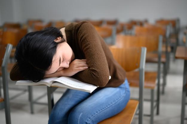 Studentka, która śpi w klasie uniwersyteckiej