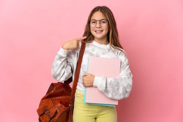 Studentka mała dziewczynka na różowym tle, dająca kciuk w górę gestu