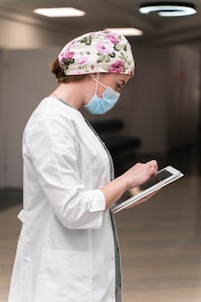 Studentka medycyny nosząca maskę medyczną