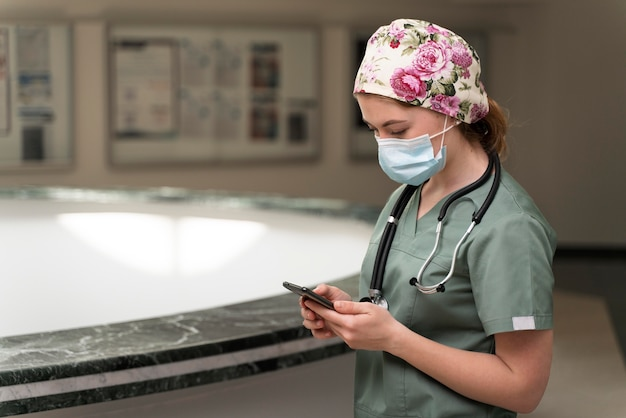 Studentka Medycyny Nosząca Maskę Medyczną Darmowe Zdjęcia