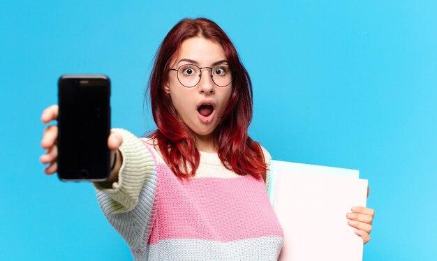Studentka pokazująca ekran komórki