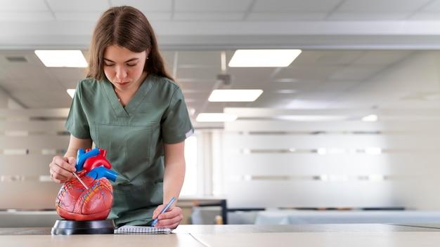 Studentka praktykująca medycynę