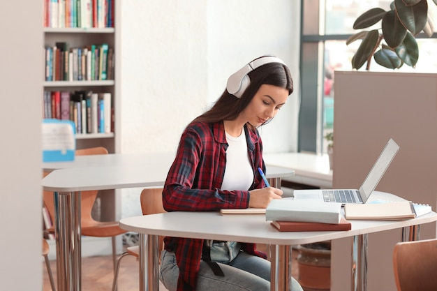 Studentka przygotowuje się do egzaminu w bibliotece