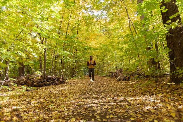 Studentka spacerująca po parku w sezonie jesiennym