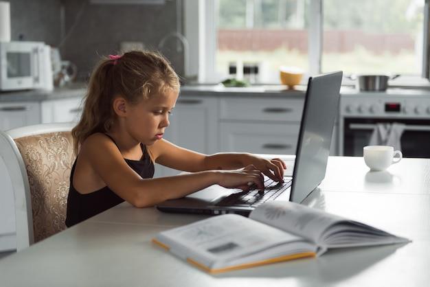 Studentka studiuje w domu z laptopem