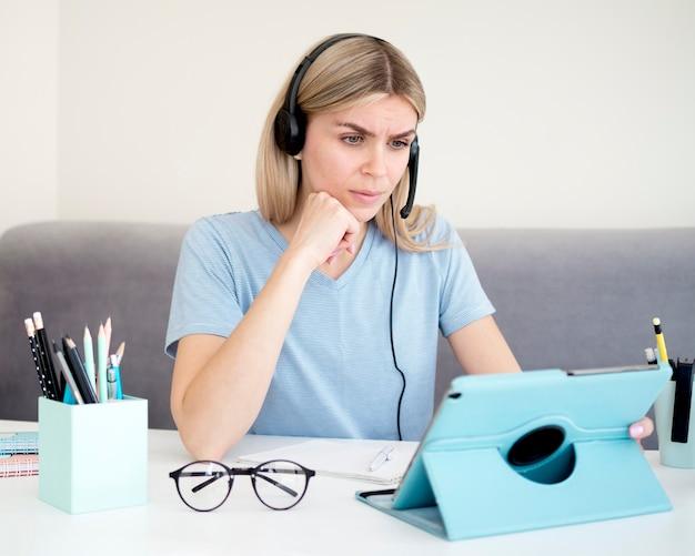 Studentka uczenia się od cyfrowego tabletu