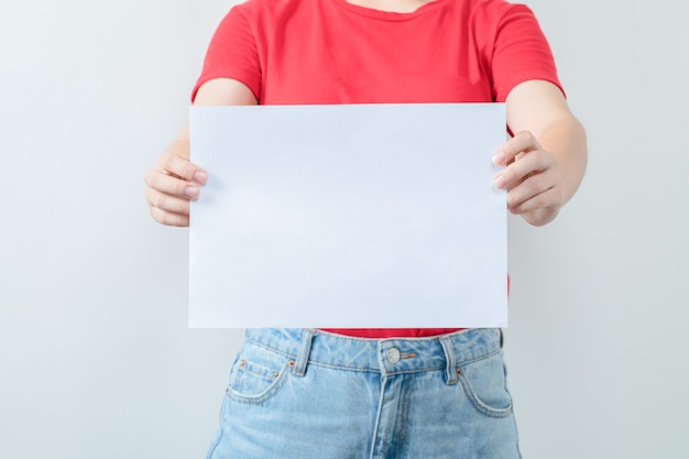 Studentka z kartką projektu w ręku