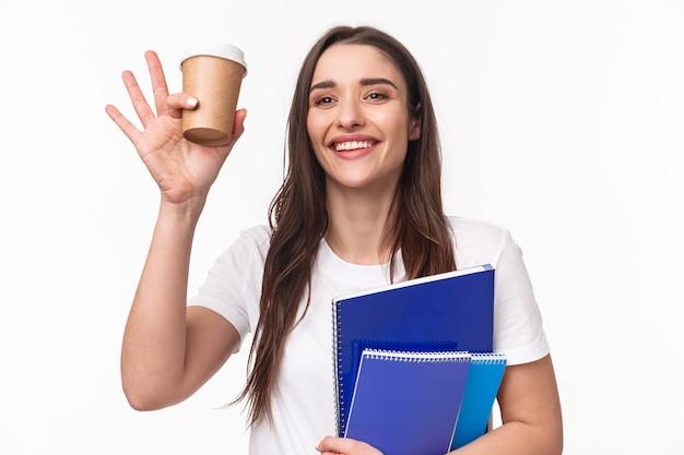 Studentka z książkami i papierkową robotą