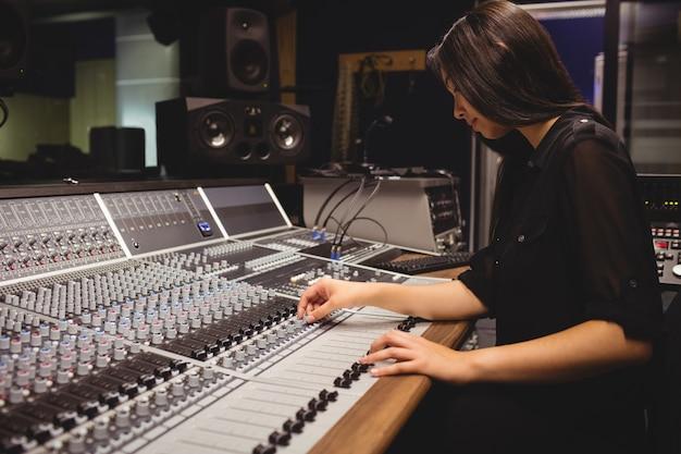 Studentka za pomocą miksera dźwięku