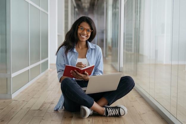 Studia studenckie, przygotowanie do egzaminu, kształcenie na odległość, koncepcja edukacji. kobieta pracująca w domu