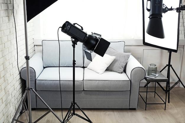 Studio fotograficzne z nowoczesnym wyposażeniem wnętrz i oświetleniem