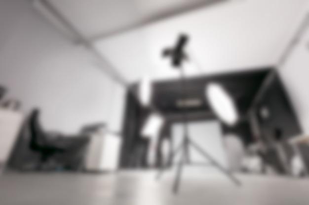Studio fotograficzne ze sprzętem oświetleniowym.