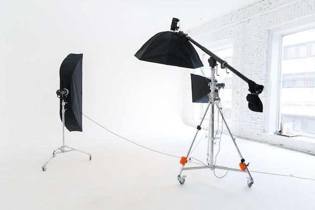 Studio fotograficzne ze sprzętem oświetleniowym