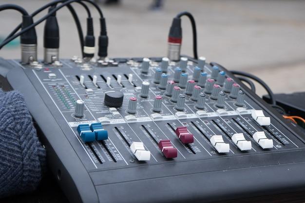 Studio muzyczne, płyta miksera muzycznego. panel sterowania mikserem muzycznym. zbliżenie.
