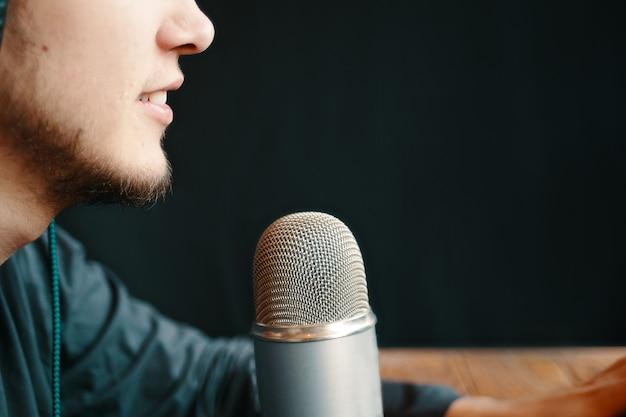 Studio podcastów., człowiek z mikrofonem