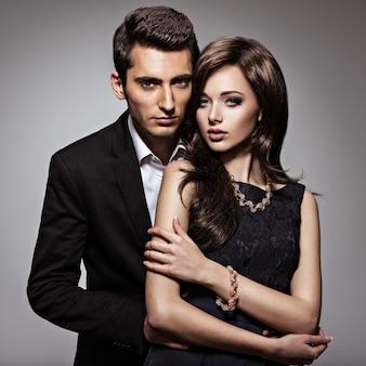 Studio portret młodej pięknej pary zakochanych