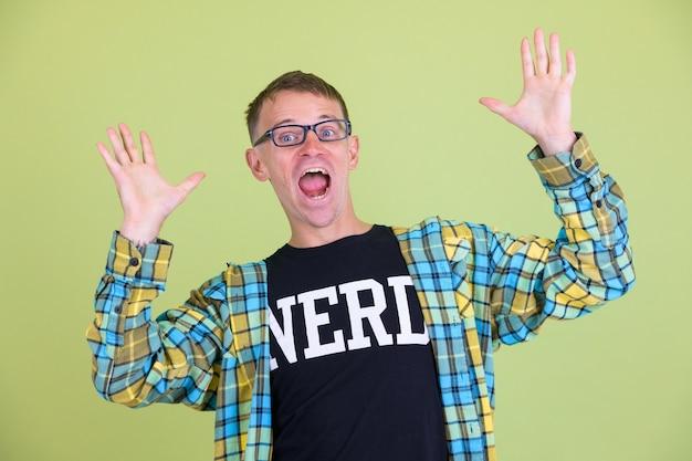 Studio strza? ów nerd cz? owieka noszenie okularów na kolorowym tle