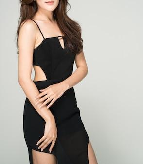 Studio strzał portret młodej luksusowej pani elegancka modelka z upiększaniem ciała.