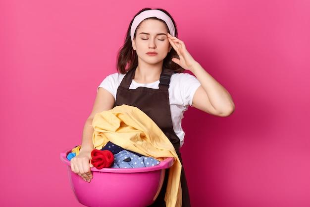 Studio strzał zmęczona gospodyni domowa z bólem głowy