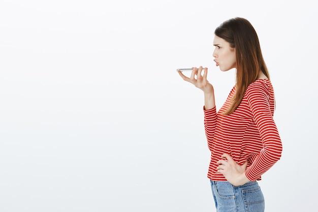Studio strzałów brunetka dziewczyna w strój dorywczo