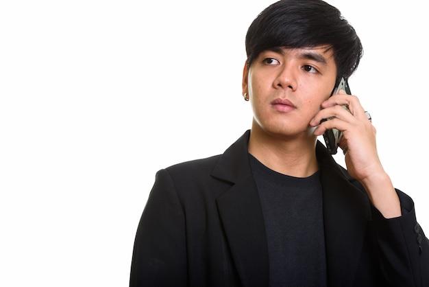Studio strzałów fajne przystojny mężczyzna azji rozmawia przez telefon komórkowy w