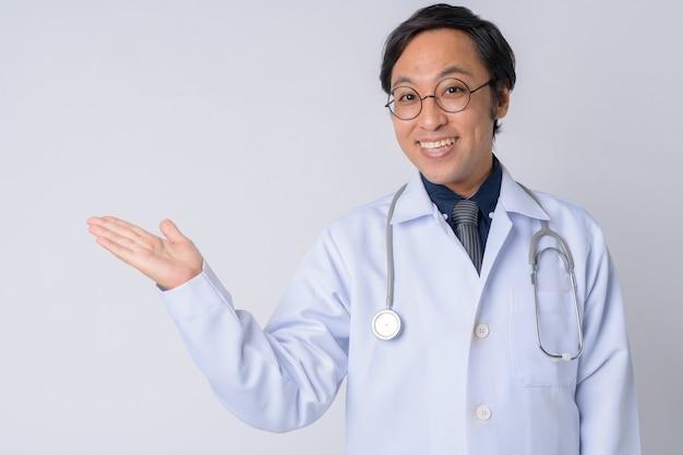 Studio strzałów japońskiego lekarza mężczyzny na białym tle