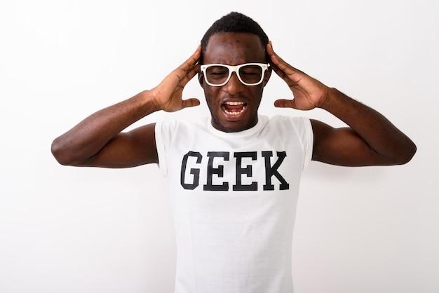Studio strzałów młodego czarnego afrykańskiego człowieka nerd w koszuli geek w
