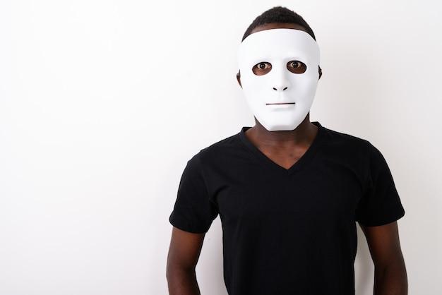 Studio strzałów młodego czarnego mężczyzny afrykańskiego noszenie maski