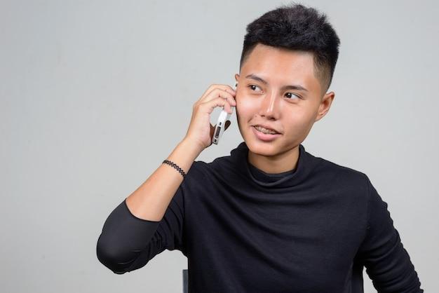 Studio strzałów młodej kobiety azjatyckich lesbijek z krótkimi włosami na białym tle
