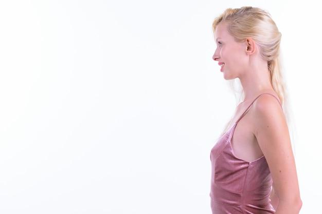 Studio strzałów młodej pięknej kobiety o blond włosach gotowych do zabawy na białym tle na białym tle