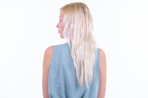 Studio strzałów młodej pięknej kobiety o blond włosach na białym tle na białym tle